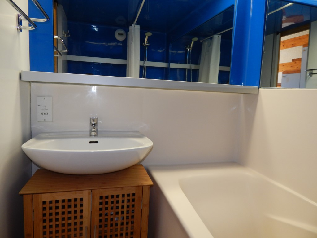 La salle de bainset sa baignoire