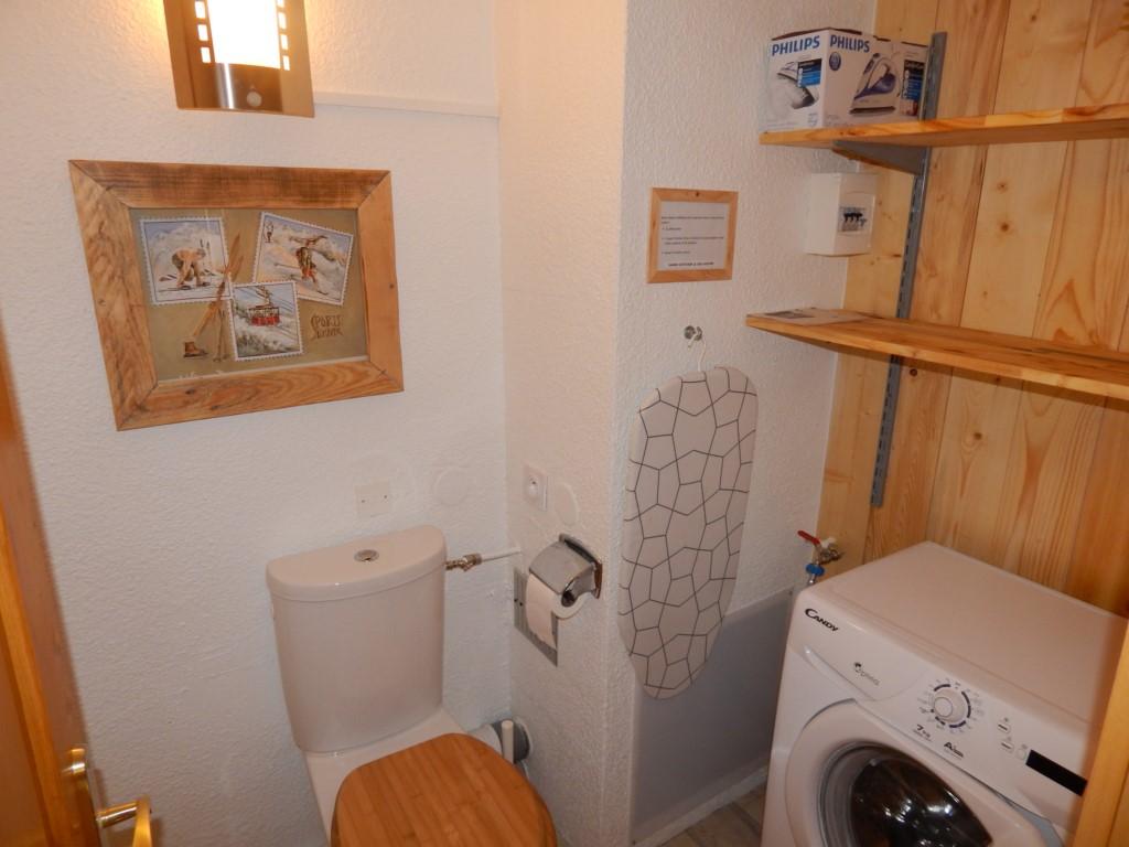 Le WC et la machine à laver à l'étage