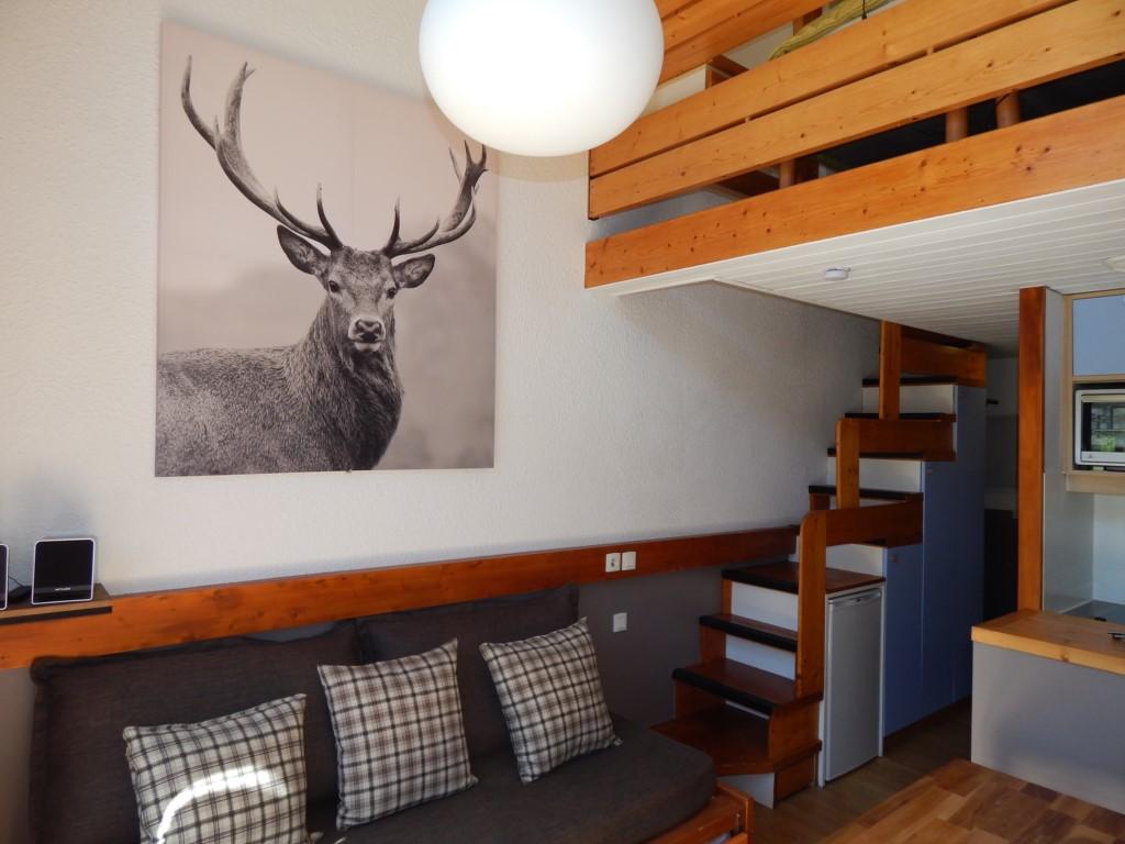 Le salon et l'accès à l'étage