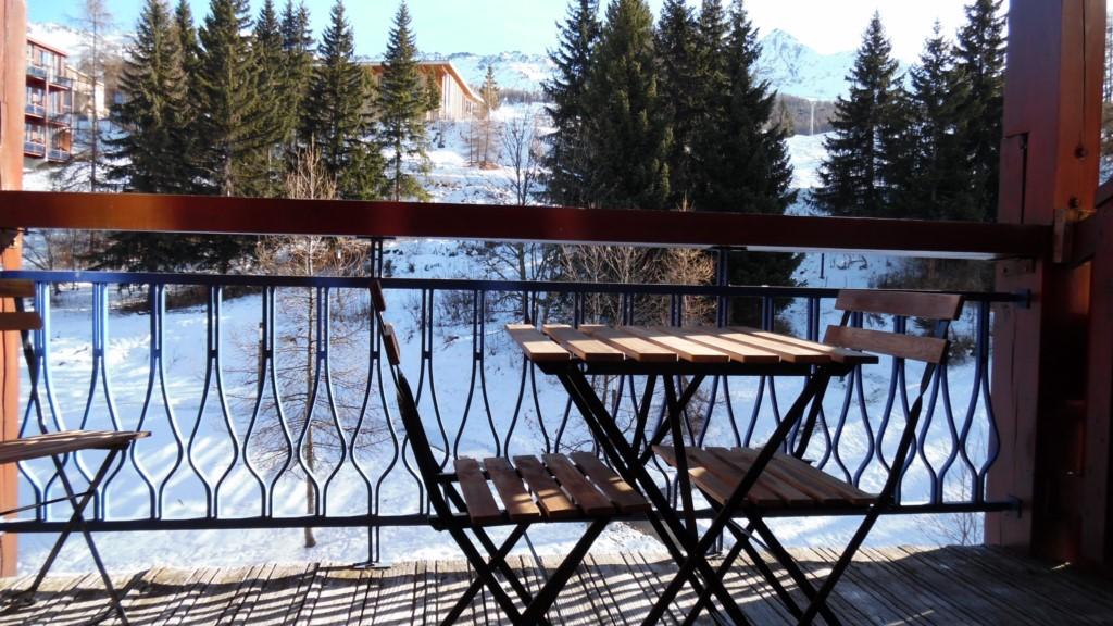 Le balcon et sa vue directe sur les pistes